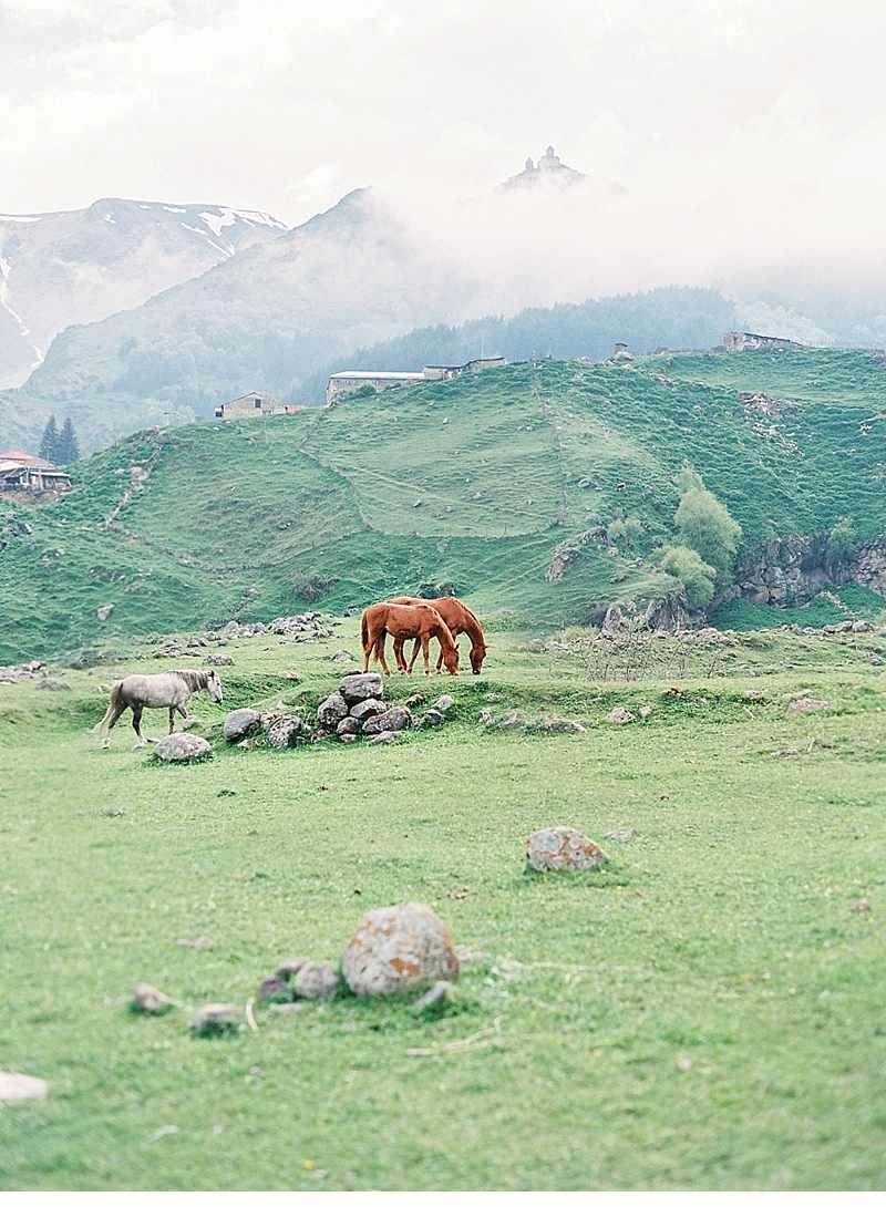 bluehende-liebe-hochzeitsinspirationen-berge-natur_0004