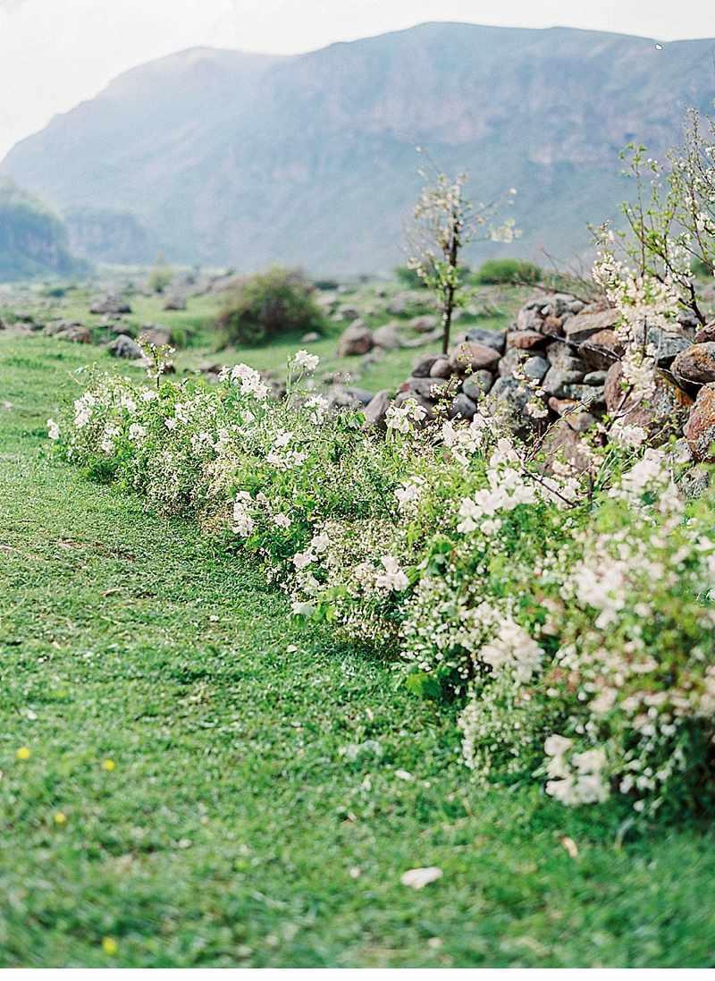 bluehende-liebe-hochzeitsinspirationen-berge-natur_0009