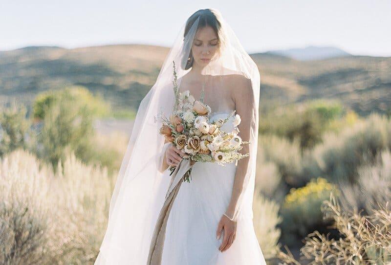 Anmutige Wüstenbraut in zarten Farbtönen von Sara Weir Photography