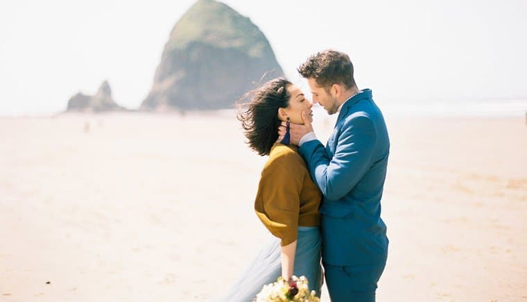 Strand Elopement in zarten Blautönen von Nadia Hung Photography