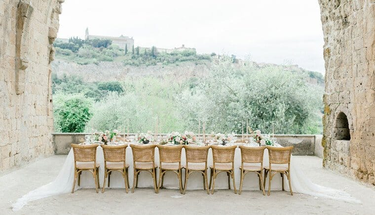 Romantische Hochzeitstafel mit Ausblick
